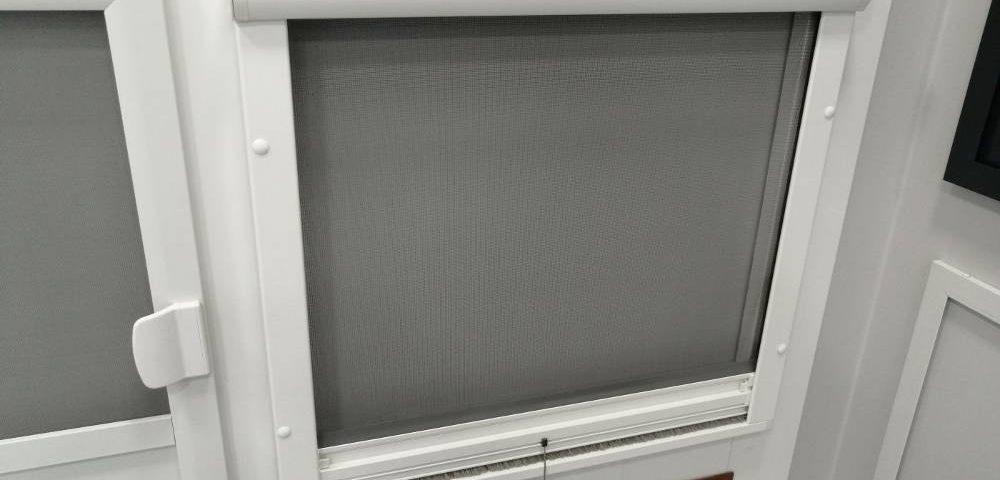 Jak przyczepić moskitierę do okna